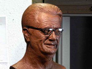 escultura padre Carlos en barro